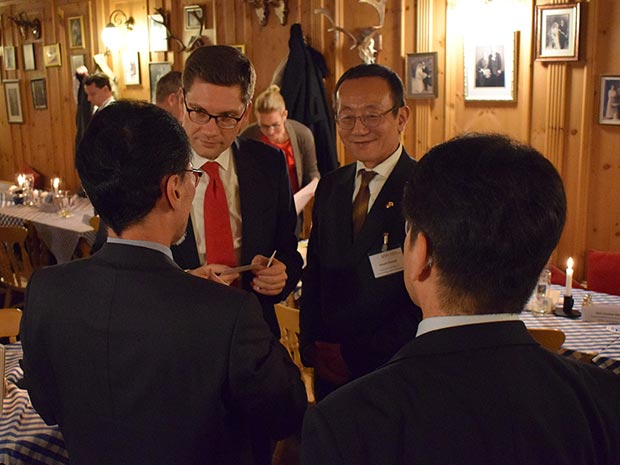 Christian Hirte exchanges ideas with Japanese visitors